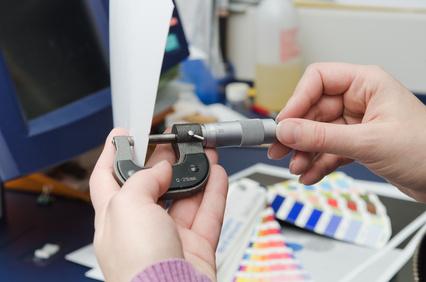 Präziser und qualitativ hochwertiger Offsetdruck von der Druckerei Elmshorn, Mikrometer Papierstärke messen