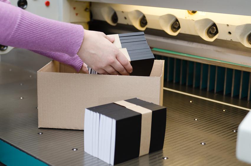 Weiterverarbeitung von Druck in der Druckerei Elmshorn, Schneiden, Sonderabmessungen, Verpacken, Heftklammern, Nuten, Falzen