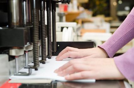 Weiterverarbeitung von Druck in der Druckerei Elmshorn, Perforieren, Stanzen, Lochen, Ringösen, Binden